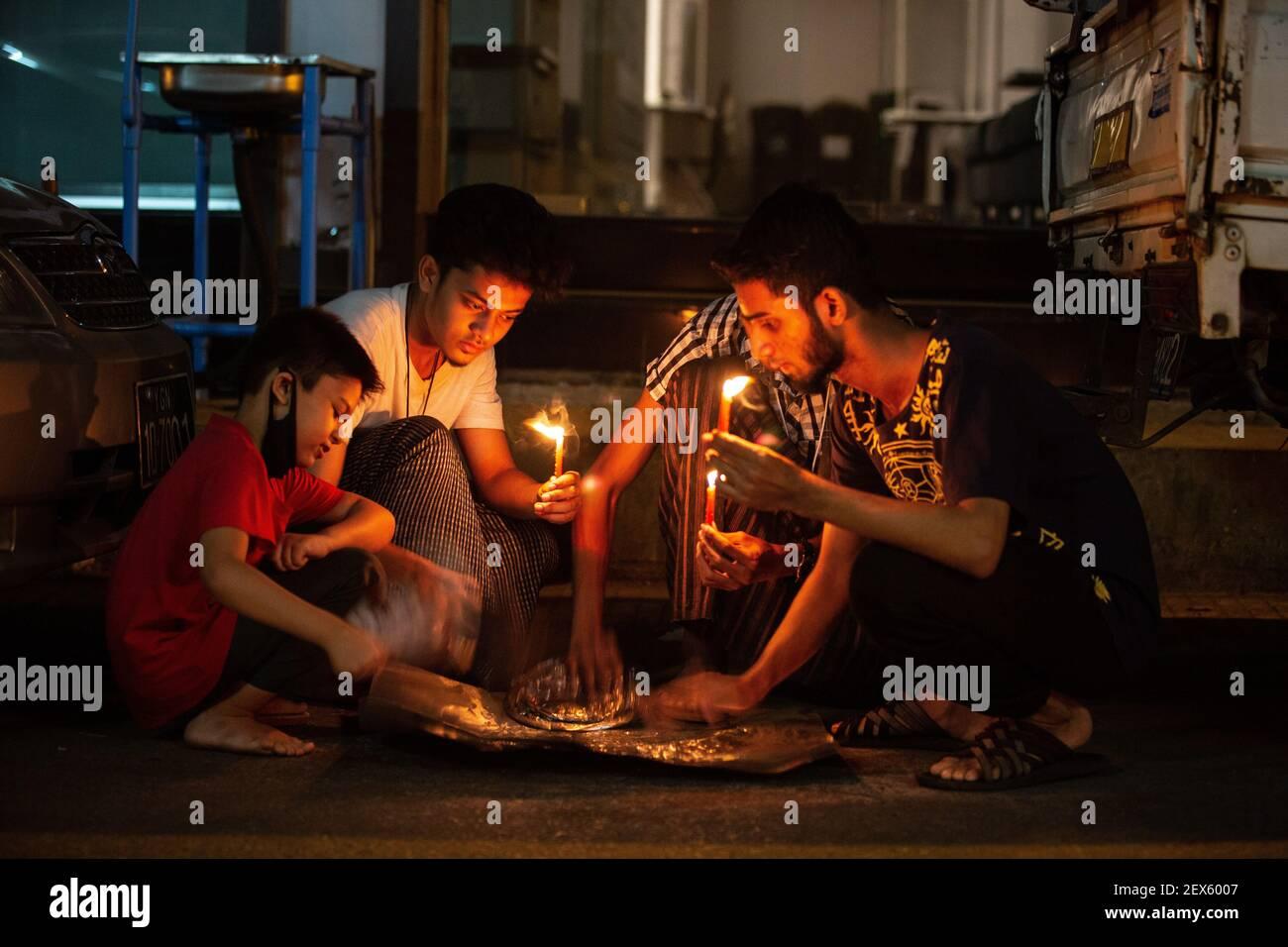 Yangon, Myanmar. 03ème mars 2021. Les gens tiennent des bougies et frappent des pots et des casseroles pour montrer leur mécontentement pour la mort de beaucoup pendant les manifestations de coup d'état militaire.l'armée et la police du Myanmar utilisent des gaz lacrymogènes, des bombes sonores, Des balles en caoutchouc et des fusils de sniper aux manifestants pacifiques et le nombre de morts dans tout le pays pour le 3 mars est de 38 personnes selon le rapport de l'ONU. Crédit : SOPA Images Limited/Alamy Live News Banque D'Images
