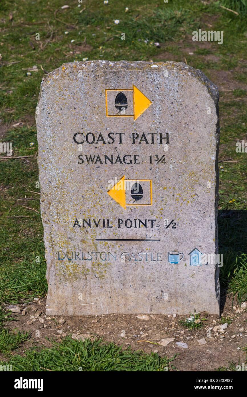 Panneau Coast Path au Durlston Country Park, Swanage, Dorset, Royaume-Uni en avril Banque D'Images