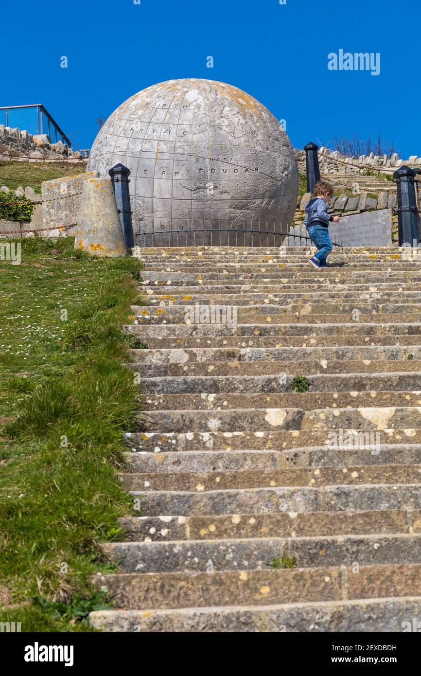 Étapes conduisant au grand monde et le château de Durlston Durlston Country Park, à Swanage, Dorset, UK en Avril Banque D'Images