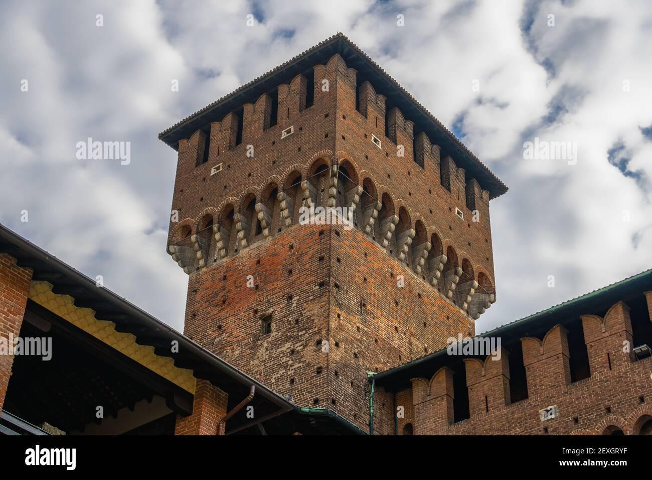 Milan, Italie cour à angle bas vue de jour du château de Sforzesco Moat, Castello Sforzesco forteresse médiévale avec des crénelations contre le ciel de nuages puffy. Banque D'Images