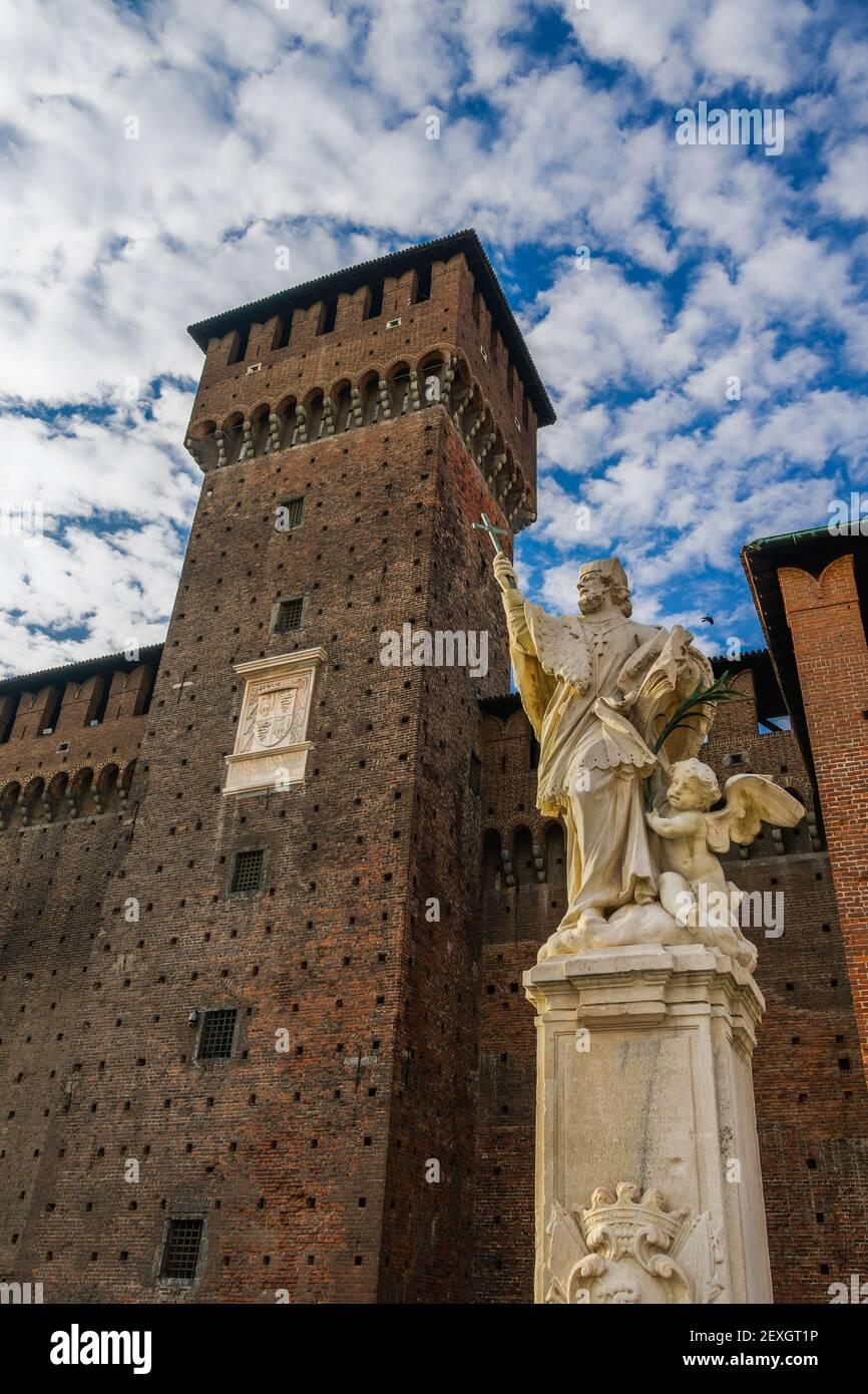 Milan, Italie vue de jour à angle bas de Saint Jean de Nepomuk - San Giovanni Nepomuceno - Saint patron de la statue de Bohême à l'intérieur du château de Sforzesco, Castello Sforzesco forteresse médiévale contre le ciel c Banque D'Images