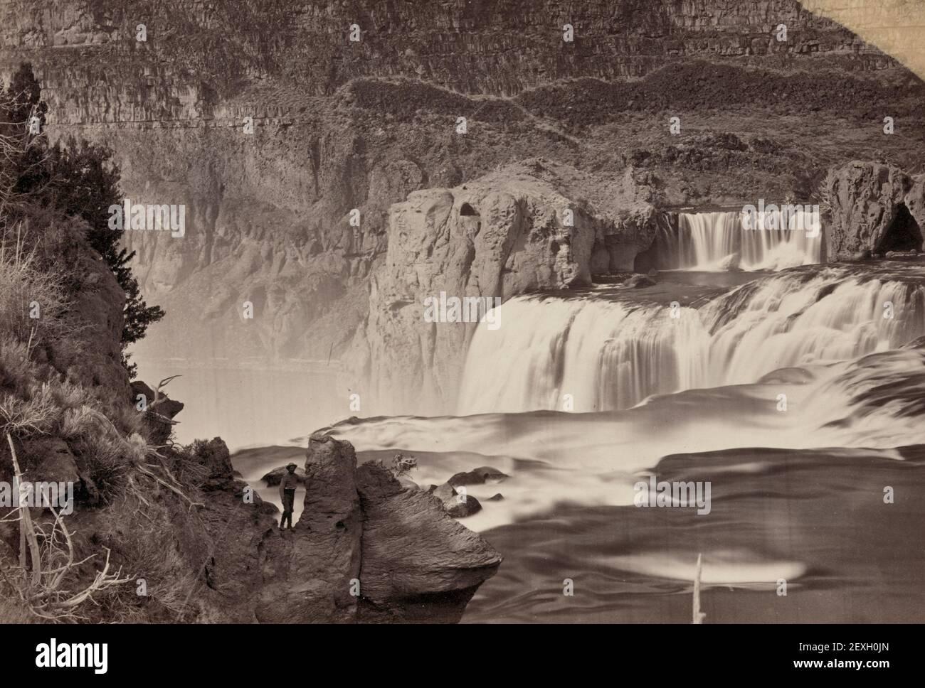 Shoshone Falls, Snake River, Idaho. Vue en milieu de journée, murs adjacents d'environ 1000 pieds de hauteur - Photographie montrant les formations rocheuses près de la cascade - Timothy O'Sullivan, 1874 Banque D'Images