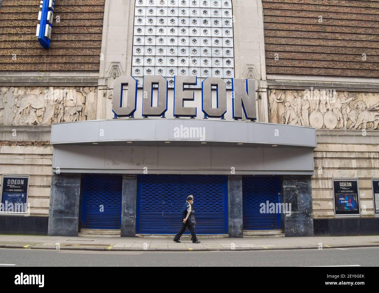 Londres, Royaume-Uni. 05e mars 2021. Un homme portant un masque facial par mesure de précaution contre la propagation de covid 19 promenades à travers le cinéma Odeon fermé à Covent Garden, Londres.le Royaume-Uni va commencer à lever les restrictions de verrouillage ce mois-ci, avec plusieurs étapes devant avoir lieu au cours des prochaines semaines. Crédit : SOPA Images Limited/Alamy Live News Banque D'Images