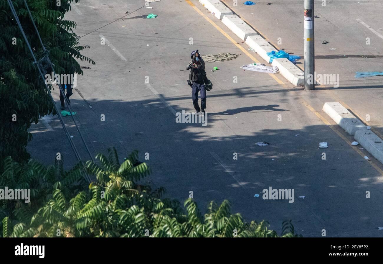 L'armée du Myanmar lance une balle de caoutchouc à un manifestant lors de la manifestation contre le coup d'État militaire.le conseiller militaire du Myanmar en détention a Aung San Suu Kyi le 01 février, 2021 et a déclaré l'état d'urgence tout en prenant le pouvoir dans le pays pendant un an après avoir perdu l'élection contre la Ligue nationale pour la démocratie (NLD). Banque D'Images