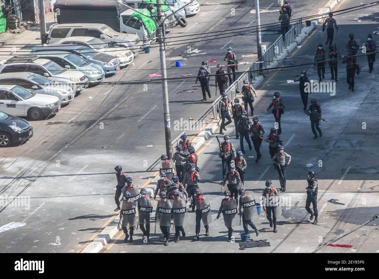 L'armée et la police anti-émeute du Myanmar avancent vers les manifestants avec des armes lors de la manifestation contre le coup d'État militaire.le conseiller militaire du Myanmar en détention, Aung San Suu Kyi, le 01 février, 2021 et a déclaré l'état d'urgence tout en prenant le pouvoir dans le pays pendant un an après avoir perdu l'élection contre la Ligue nationale pour la démocratie (NLD). Banque D'Images