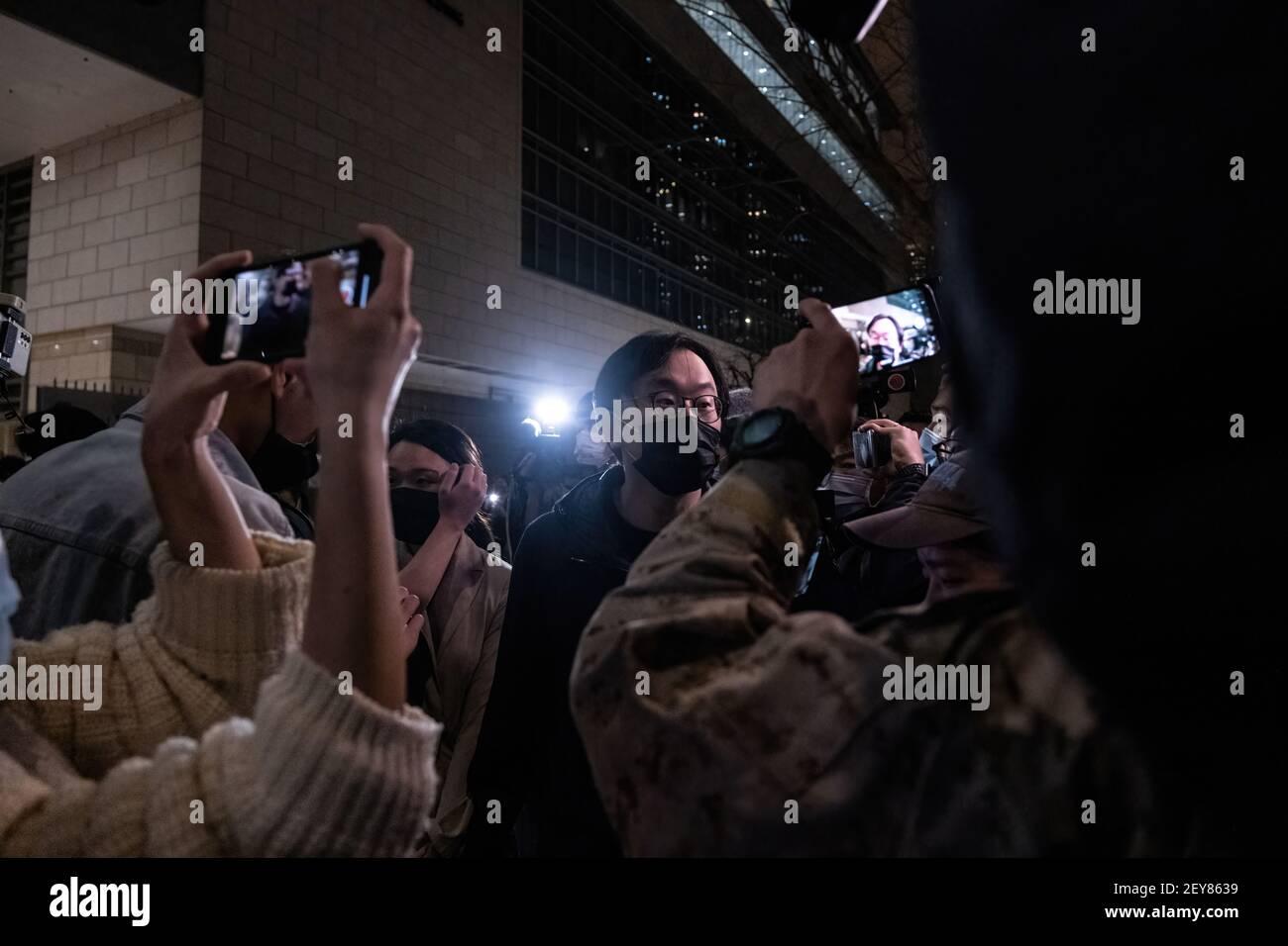 Le militant pro-démocratie Mike Lam quitte le tribunal de West Kowloon après avoir été libéré sous caution.quatre des 47 activistes pro-démocratie accusés de subversion en vertu de la loi sur la sécurité nationale sont libérés sous caution, après que le ministère de la Justice a retiré son appel contre la décision du tribunal de les accorder et 11 autres. Banque D'Images