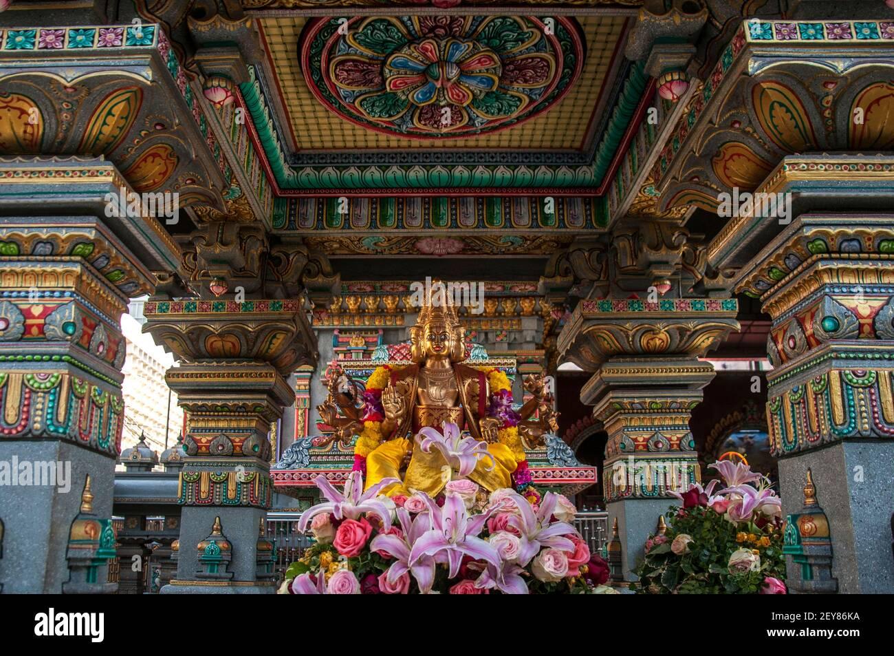 Sculpture de Lord brahma vue au temple.Construit en 1879 par Vaithi Padayatchi, un immigré hindou tamoul. Le Temple Sri Mahamariamman, également connu sous le nom de Temple Maha Uma Devi ou Wat Khaek, se trouve sur la route si LOM, dans le centre des affaires de Bangkok. Il est très coloré à l'extérieur avec des images sculptées de dieu et de déesse dans différentes formes et tailles. Banque D'Images