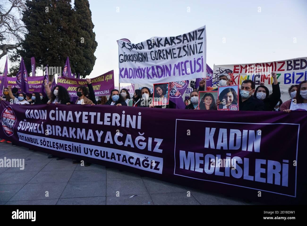 Les femmes tiennent des bannières et des écriteaux pendant la manifestation.les communautés de femmes protestent contre la violence contre les femmes. Les femmes ont exigé la mise en œuvre de la Convention d'Istanbul. Le groupe a également noté les droits lgbti+ qui ne sont pas pratiqués en Turquie. Banque D'Images