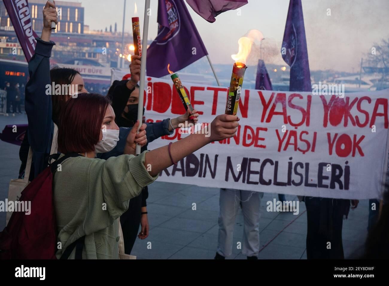 Les femmes tiennent des pétards pendant la manifestation.les communautés féminines protestent contre la violence contre les femmes. Les femmes ont exigé la mise en œuvre de la Convention d'Istanbul. Le groupe a également noté les droits lgbti+ qui ne sont pas pratiqués en Turquie. Banque D'Images