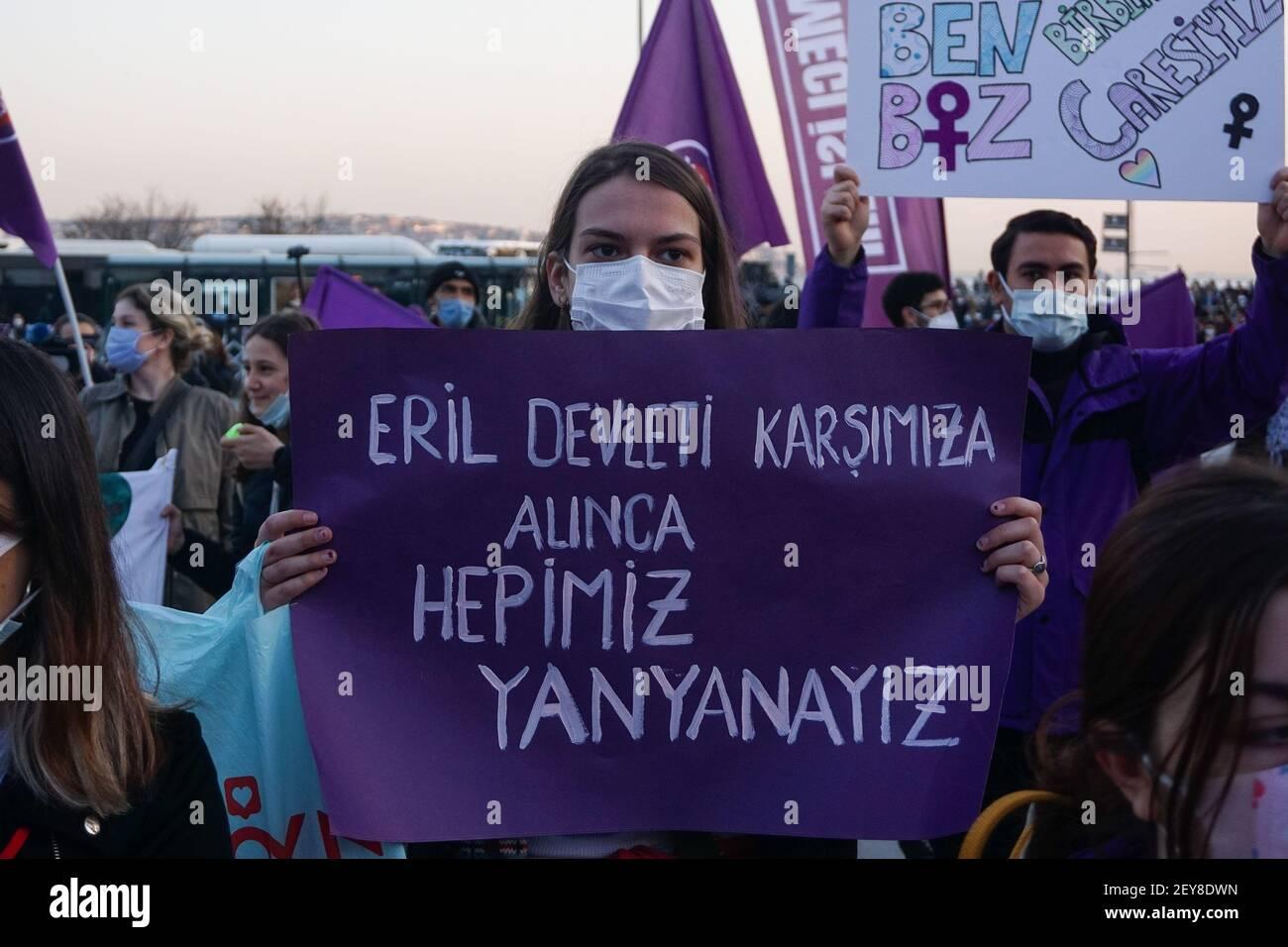 Un manifestant tient un écriteau disant que nous sommes tous côte à côte contre l'État masculin pendant la manifestation.les communautés de femmes ont protesté contre la violence contre les femmes. Les femmes ont exigé la mise en œuvre de la Convention d'Istanbul. Le groupe a également noté les droits lgbti+ qui ne sont pas pratiqués en Turquie. Banque D'Images