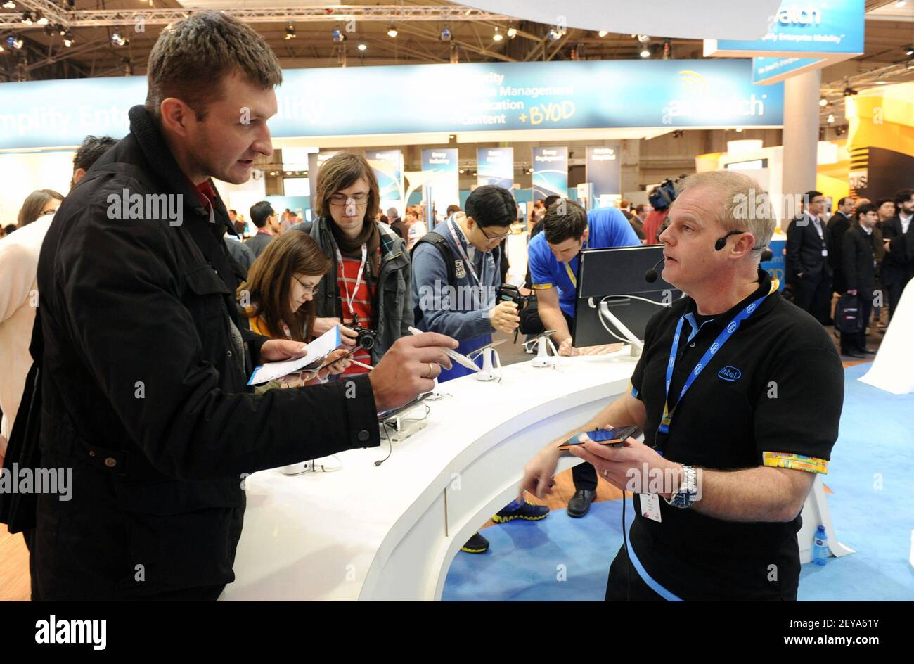25 février 2013 - Barcelone, Espagne - dans cette photo publiée par Intel Corporation, Rich Burchell (à droite) d'Intel montre comment les films HD, les jeux graphiques de haute qualité et la navigation sur le Web fonctionnent sans problème sur différentes plates-formes, notamment les smartphones, les tablettes et les tout-en-un, au stand d'Intel au Mobile World Congress 2013, lundi 25 février 2013 à Barcelone, Espagne. Intel a présenté les derniers produits et technologies pour des expériences nomades robustes sur une gamme d'appareils innovants, de réseaux intelligents et de services cloud en expansion. Le Mobile World Congress est l'une des plus grandes annua Banque D'Images