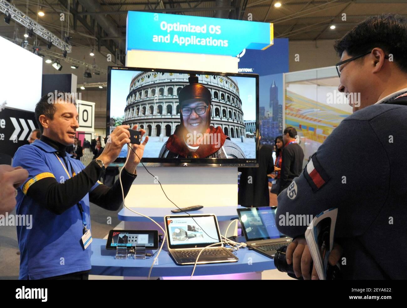 25 février 2013 - Barcelone, Espagne - dans cette photo publiée par Intel Corporation, Rino Cavallucci d'Intel présente sa technologie de virtualisation, associant multimédia, retouche d'images et réalité virtuelle mixte au stand d'Intel au Mobile World Congress, le lundi 25 février 2013 à Barcelone, Espagne. La technologie de virtualisation Intel aide les développeurs à accélérer le développement d'applications mobiles afin d'améliorer le processus de test, de débogage et d'optimisation. Mobile World Congress est l'un des plus grands rassemblements annuels de plus de 60,000 leaders mobiles de 200 pays à un endroit à la fois pour définir le m Banque D'Images