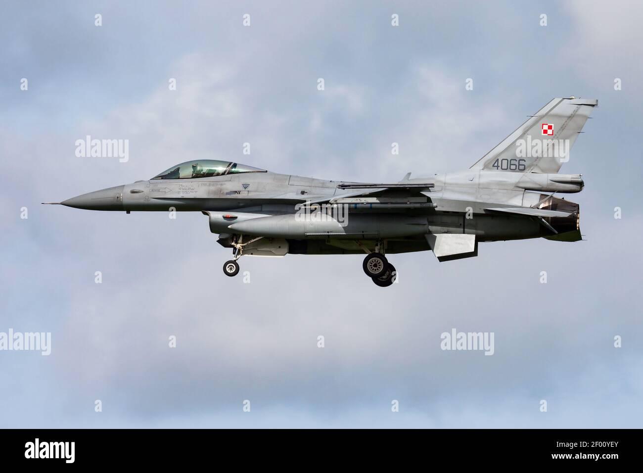 L'armée de l'air polonaise Lockheed Martin F-16C combat le combattant du Falcon 4066 Arrivée et atterrissage en avion à la base aérienne de Leeuwarden pour Frison Drapeau 2015 exercice aérien Banque D'Images
