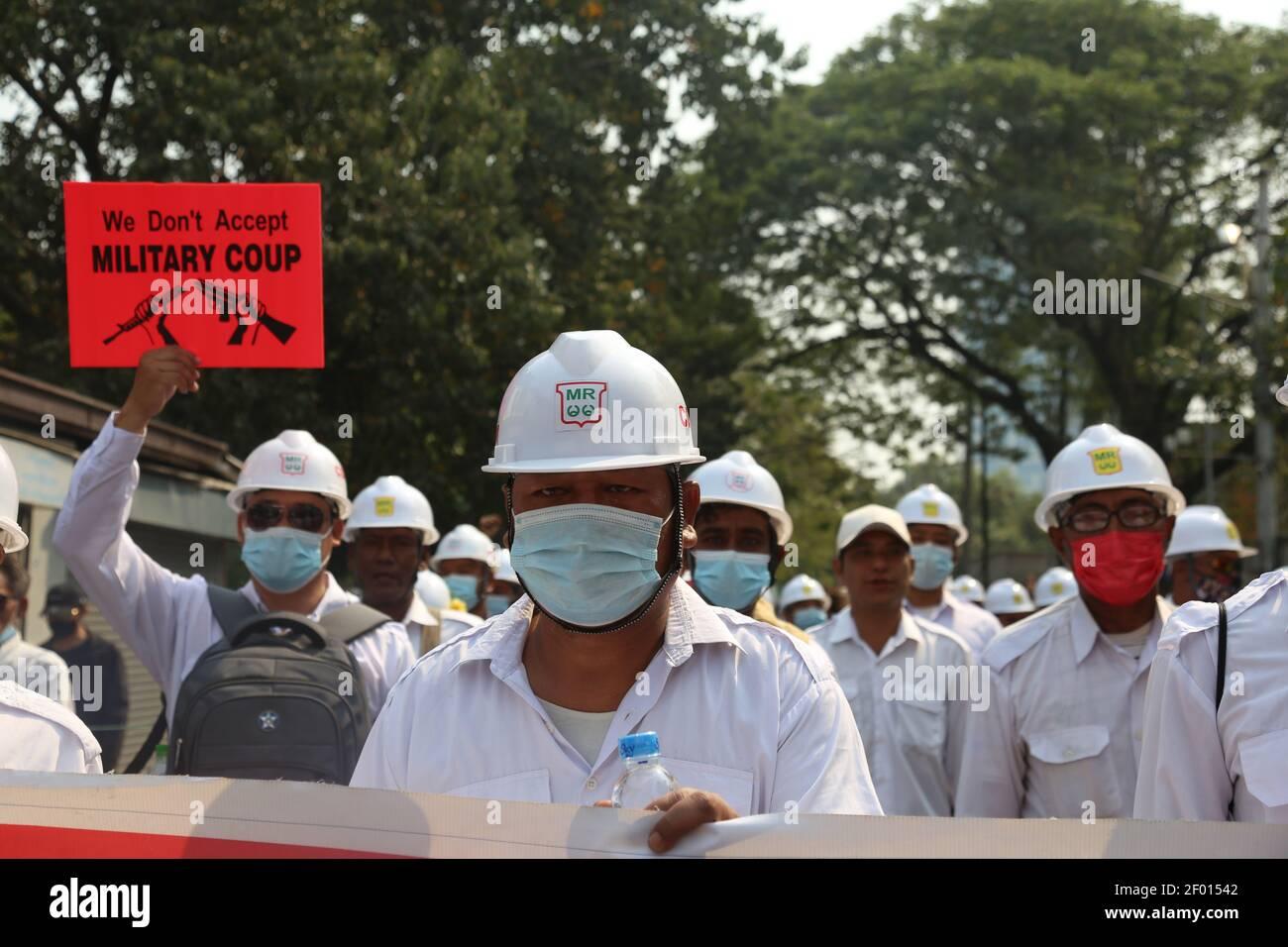 Mandalay, Myanmar. 6 mars 2021. Les funérailles d'un homme de 26 ans qui a été tué par balle par les forces de sécurité du Myanmar le 5 mars 2021 alors qu'il se trouvait à l'extérieur pour déjeuner pendant son travail ont eu lieu aujourd'hui (6 mars 2021). Il est père d'un enfant de 5 ans et d'une femme enceinte de 5 mois. Les gens sont descendus dans la rue pour protester contre le coup d'État militaire pendant les funérailles. Crédit : CIC de la majorité mondiale/Alamy Live News Banque D'Images