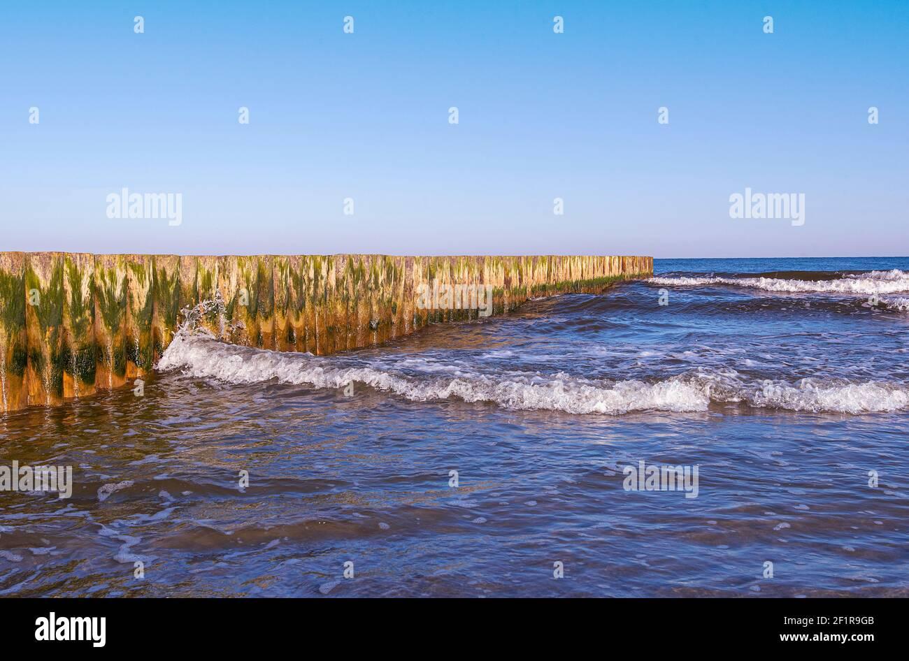 Côte de la mer Baltique. Mer Baltique pendant une journée venteuse. Banque D'Images