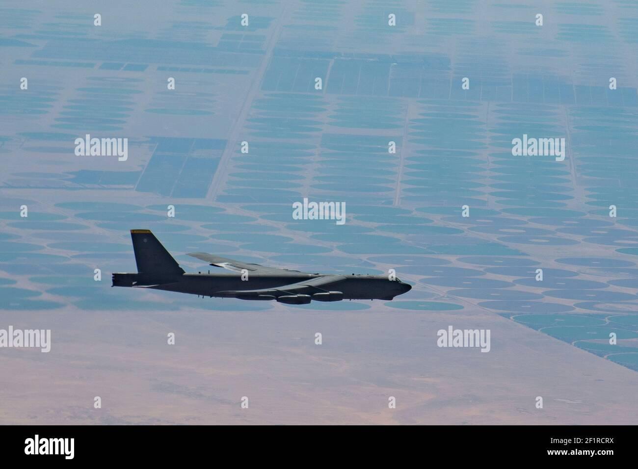 Un bombardier stratégique B-52H de la Force aérienne américaine affecté à la 5e Escadre de la bombe se brise après avoir fait le plein d'un prolongateur KC-10 affecté au 908e Escadron de ravitaillement en vol expéditionnaire le 7 mars 2021 au-dessus du golfe Persique. L'avion a survolé le golfe Persique pour dissuader une agression potentielle de la part de l'Iran. Banque D'Images