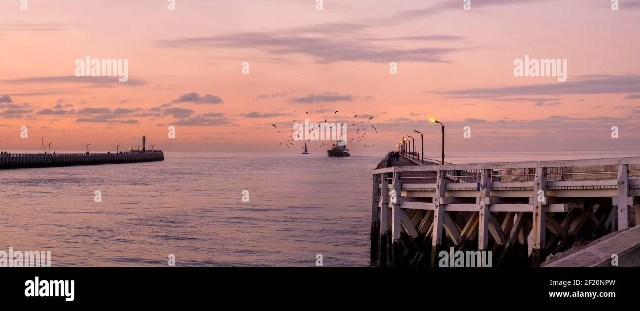 Bateau de pêche entrant dans le port de Nieuwpoort sur la côte belge. Banque D'Images