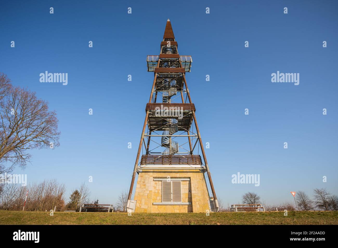 La tour d'observation Cizovka est assez nouvelle tour ner Cesky Raj - Paradis tchèque. Temps ensoleillé avec ciel clair. Banque D'Images