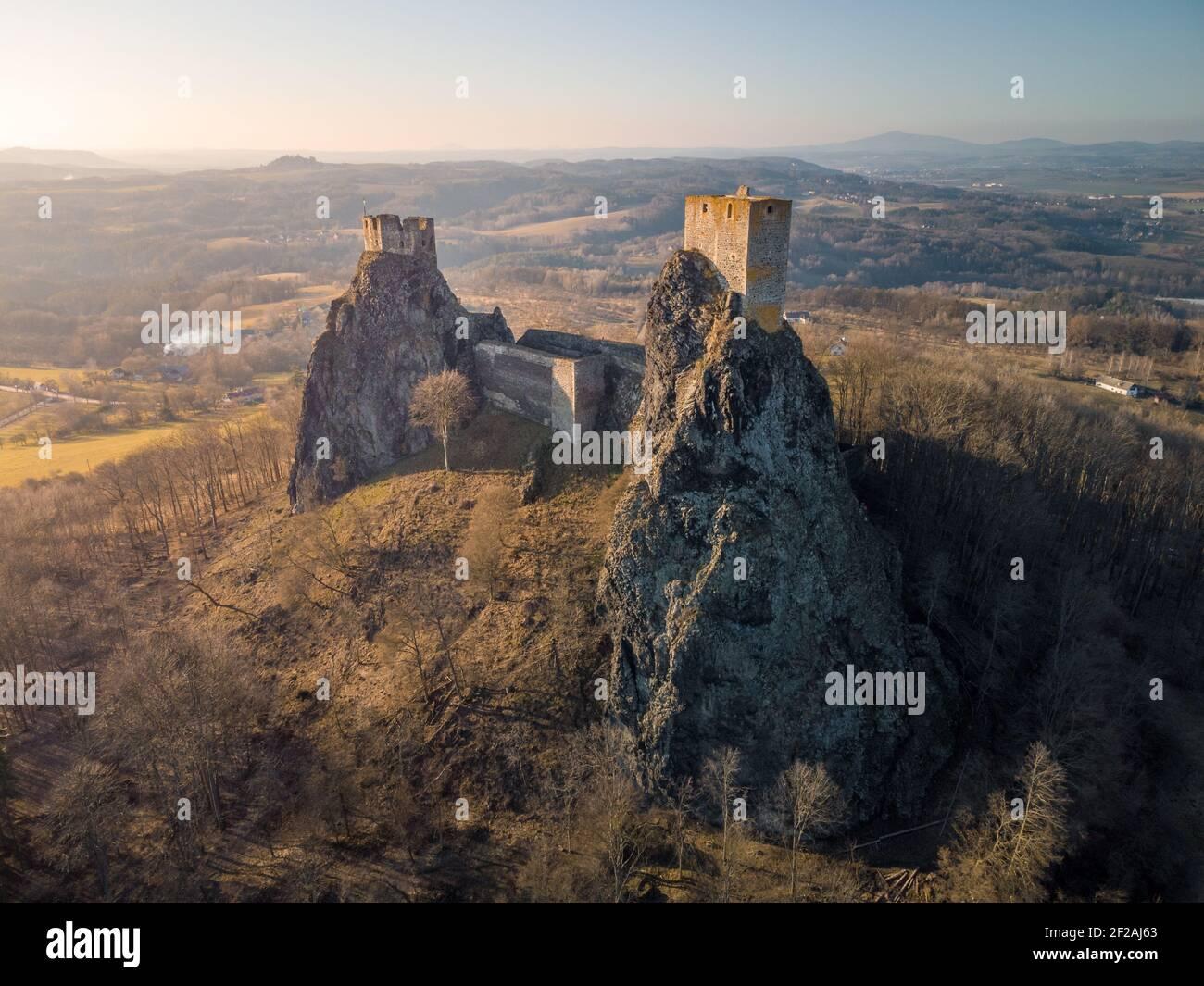 Château de Trosky dans la région de Cesky Raj - République tchèque - vue aérienne - voyage et architecture Banque D'Images