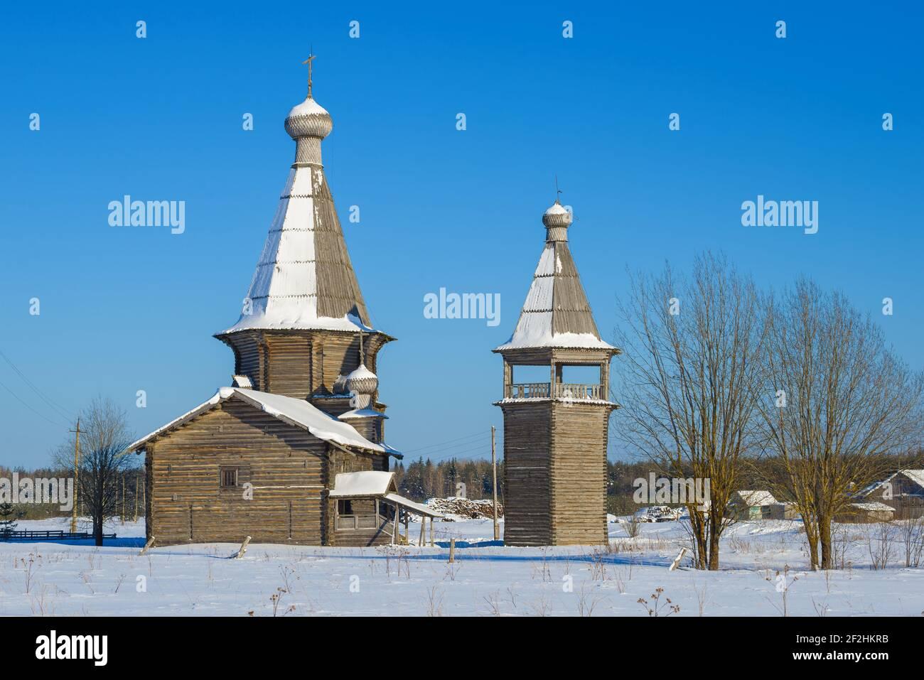 Vue sur l'ancienne église de Saint-Jean Chrysostome avec un clocher (1665) le jour ensoleillé de février. Saunino, district de Kargopol. Région d'Arkhangelsk, Russie Banque D'Images