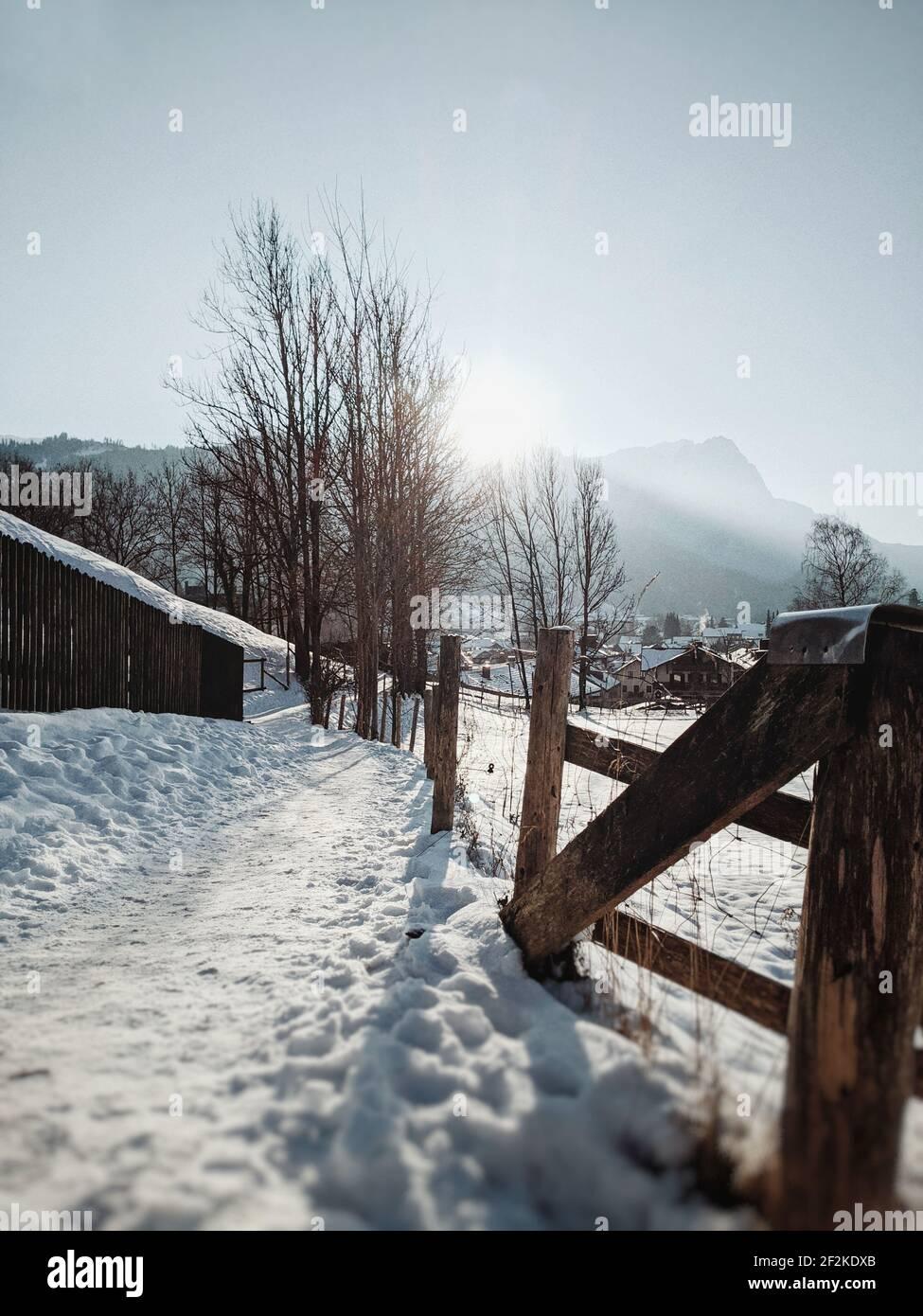 Promenade d'hiver, route de terre enneigée, Garmisch-Partenkirchen Banque D'Images