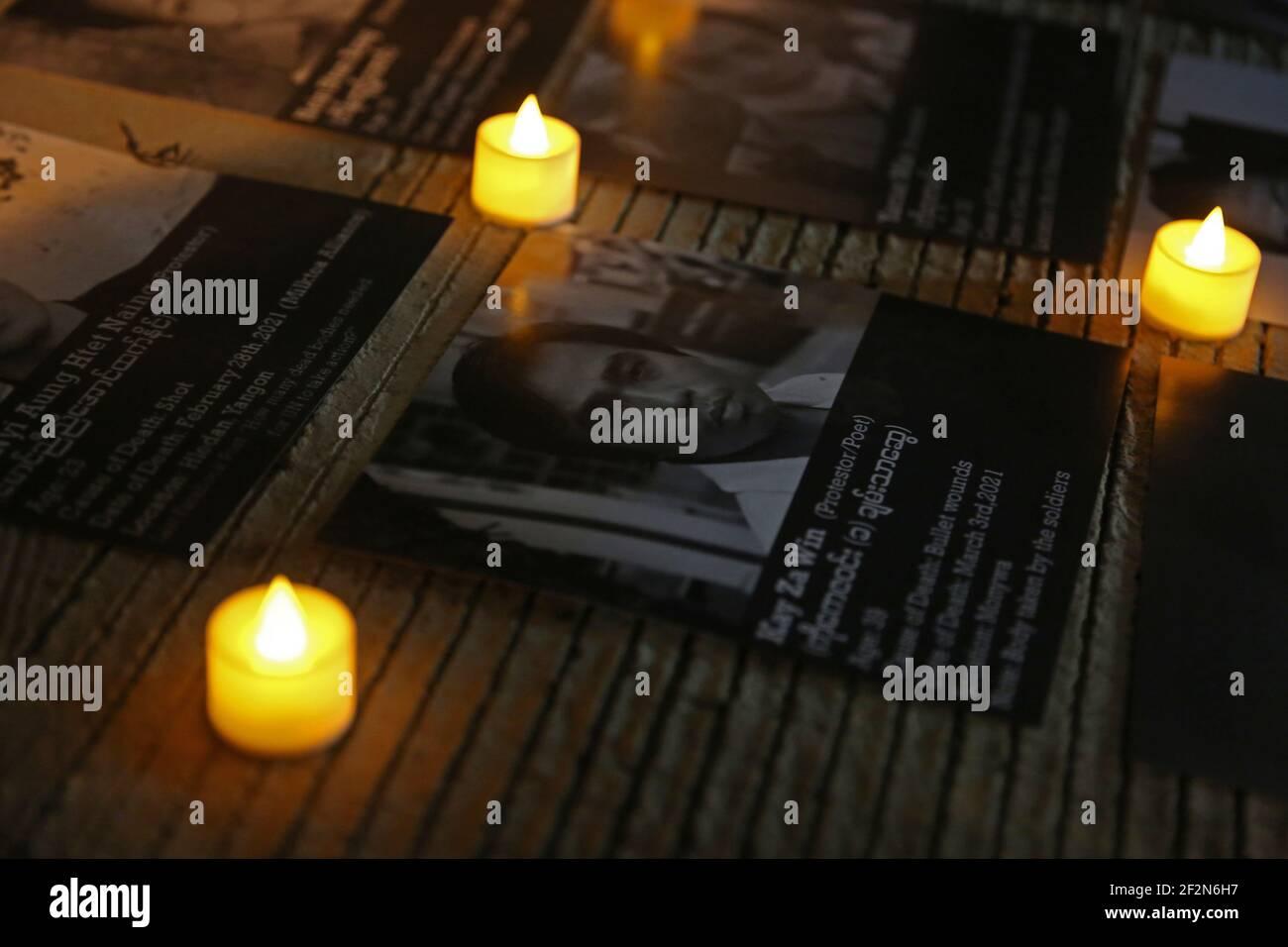 DKI Jakarta, Jakarta, Indonésie. 12 mars 2021. Des bougies allumées vues à côté d'un portrait d'une victime de la violence militaire au Myanmar comme une forme de condoléances pendant la manifestation.plusieurs militants ont organisé une manifestation de solidarité devant le Bureau de l'ANASE (Association des nations de l'Asie du Sud-est). Cette action visait à faire preuve de soutien aux victimes de violences qui ont eu lieu à la suite du coup d'État militaire et à condamner toutes les activités de la junte qui ont transformé les actes de violence au Myanmar. Credit: Aslam Iqbal/SOPA Images/ZUMA Wire/Alamy Live News Banque D'Images