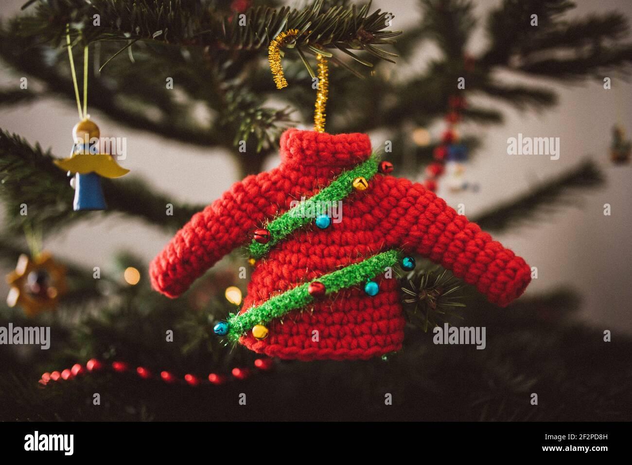 Rouge Noël pull arbre charme, auto-crocheted décorations arbre Banque D'Images
