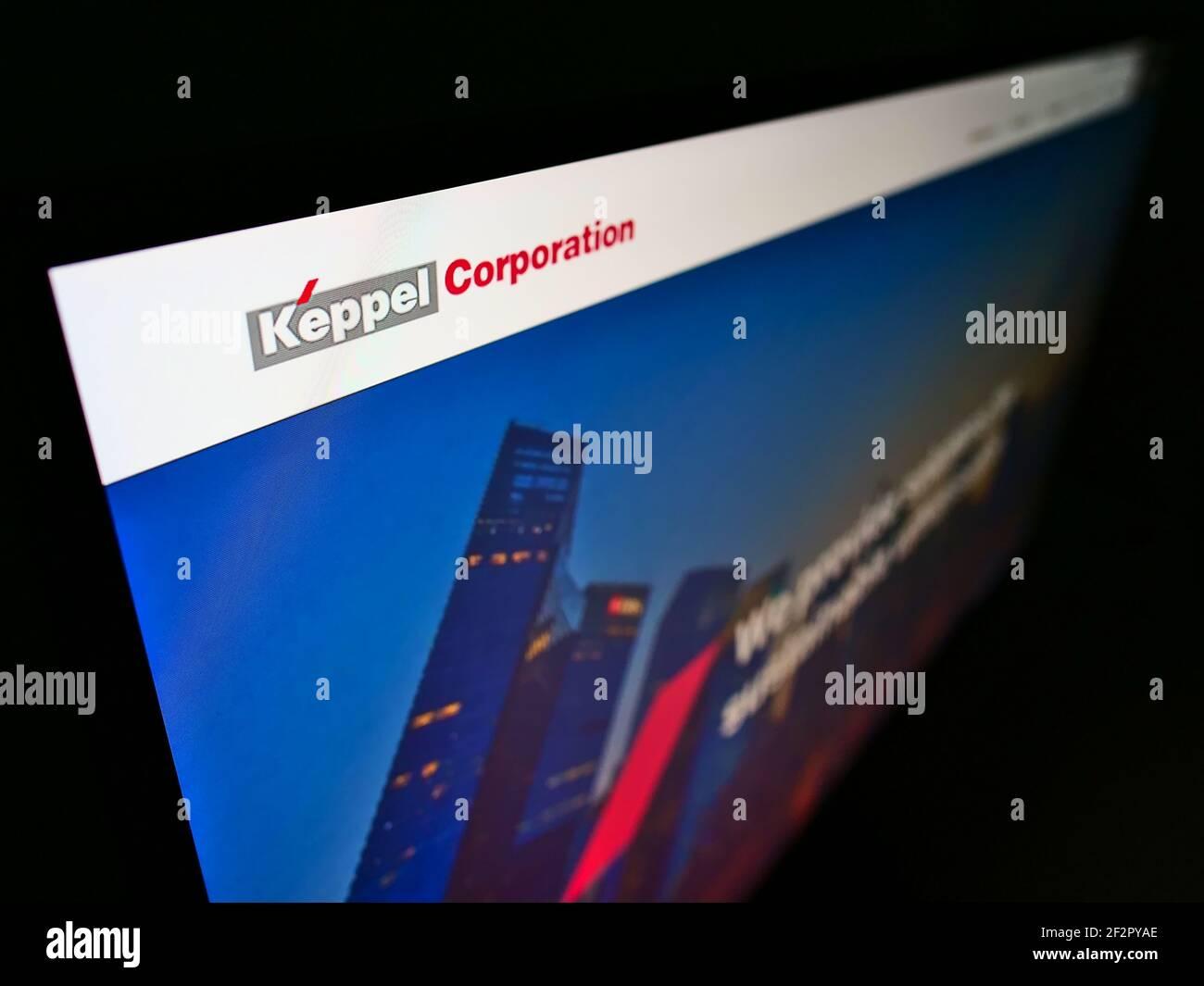 Vue en grand angle du site Web d'affaires avec le logo de la société du conglomérat de Singapour Keppel Corporation sur moniteur. Faites la mise au point en haut à gauche de l'écran. Banque D'Images