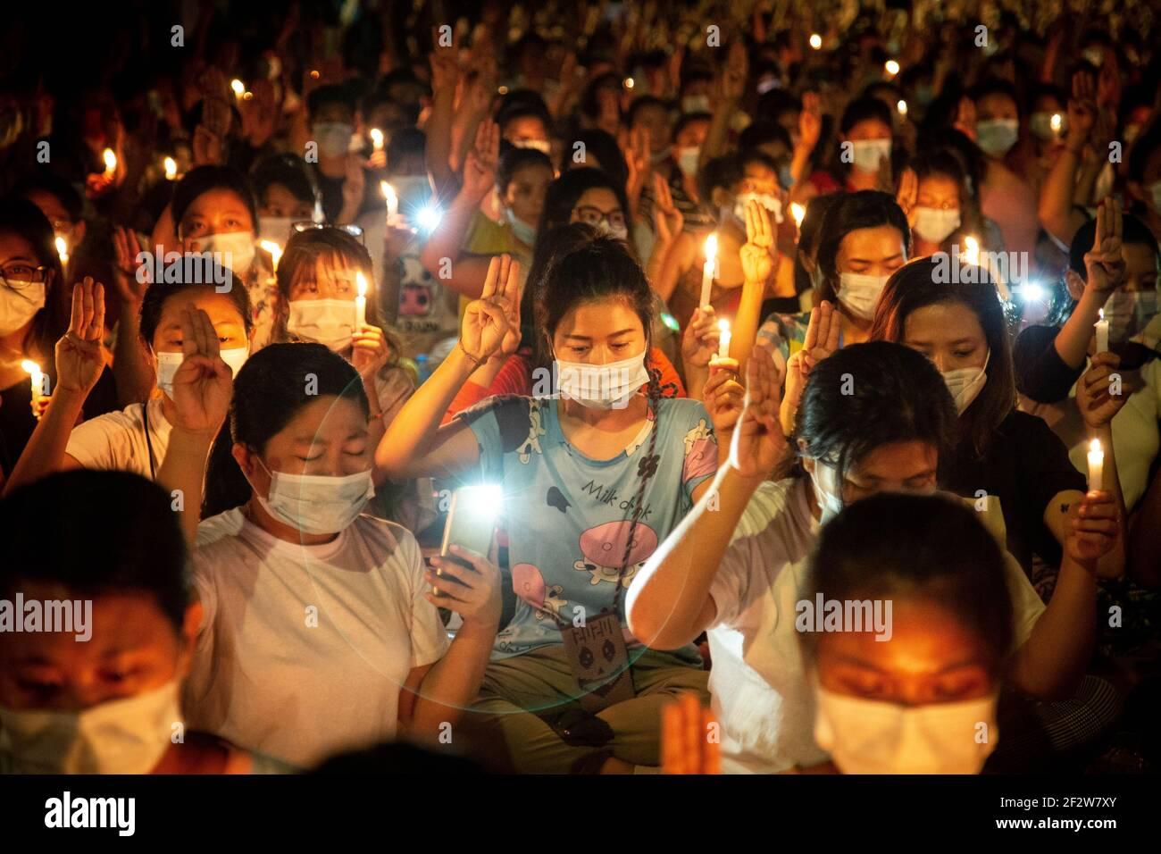 Yangon, Myanmar. 13 mars 2021. Les manifestants saluent avec trois doigts en larmes lorsqu'ils prient dans les rues de yangon les manifestants qui sont morts pendant les manifestations contre le coup d'État militaire au Myanmar. L'armée et la police du Myanmar ont attaqué les manifestants avec des balles en caoutchouc, des munitions réelles, des gaz lacrymogènes et des bombes sonores en réponse à des manifestations contre le coup d'État militaire. Au moins 82 manifestants ont été déclarés morts depuis le début du coup d'État au Myanmar. (Photo de Theint mon SOE/SOPA Images/Sipa USA) Credit: SIPA USA/Alay Live News Banque D'Images