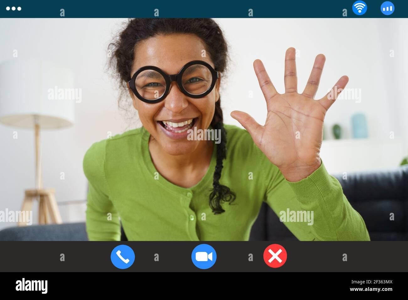 Une femme afro-américaine joyeuse fait un appel vidéo Banque D'Images