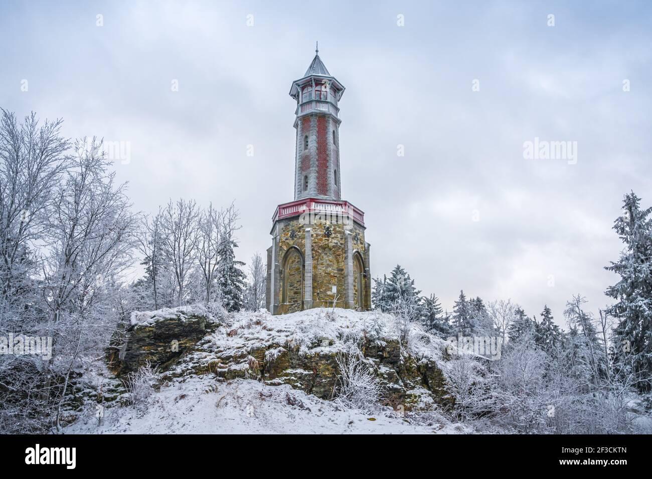 Tour Stepanka, à la frontière des montagnes Krkonose et Jizera. Jour couvert d'hiver, ciel avec nuages, arbres couverts de neige. Banque D'Images