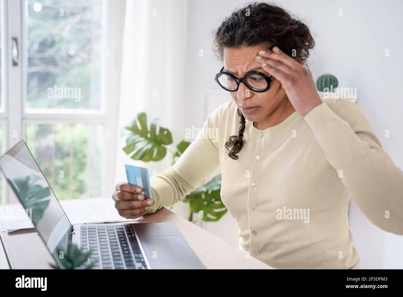 Femme noire ayant un problème avec le paiement par carte de crédit en ligne Banque D'Images