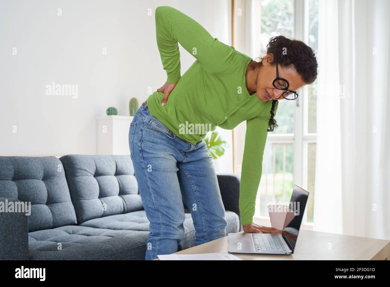 La femme noire souffre de douleurs au cou à la maison Banque D'Images