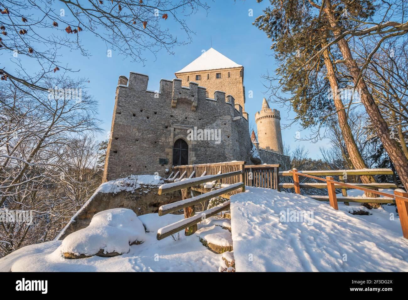 Château médiéval de Kokorin en hiver au lever du soleil. Parc national de Kokorinsko à proximité de Prague en République tchèque. Europe centrale. Banque D'Images
