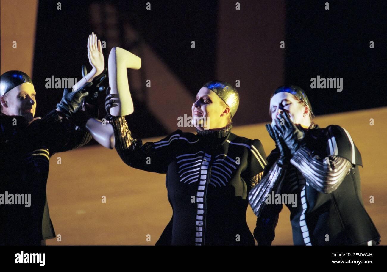 Valkyrie se prépare à faire bouillir des membres humains dans DIE tour par Wagner à l'Opéra Royal, Covent Garden, Londres WC2 30/09/1996 chef d'orchestre: Bernard Haitink design: Nigel Lowery éclairage: Pat Collins directeur: Richard Jones Banque D'Images