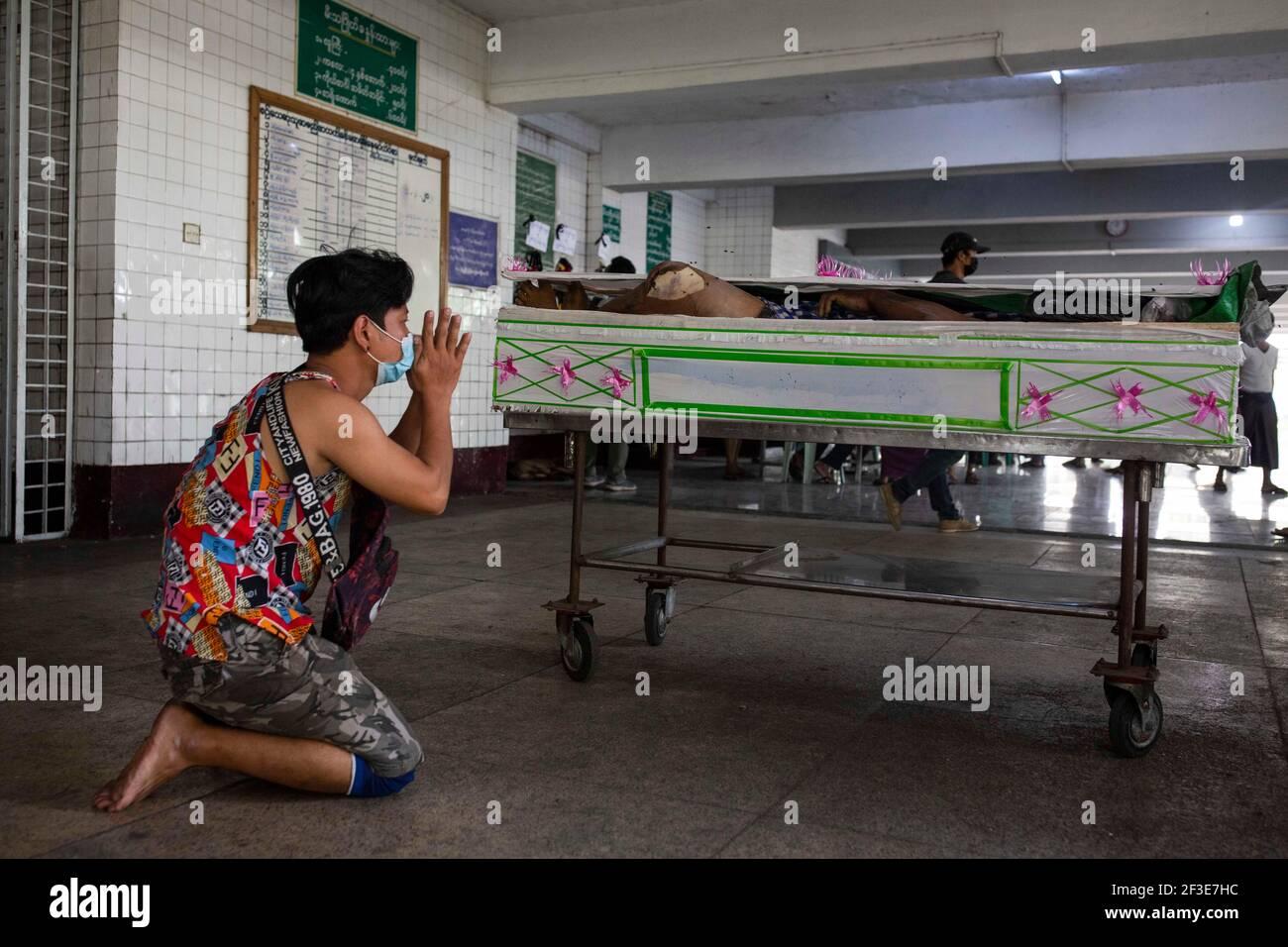 (NOTE DE LA RÉDACTION : l'image dépeint la mort) UN proche du corps d'un manifestant tué le 14 mars par les forces de l'ordre après avoir ouvert le feu à des manifestants pacifiques anti-coup militaire à Yangon.la police du Myanmar a attaqué les manifestants avec des balles en caoutchouc, des munitions réelles, Des gaz lacrymogènes et des bombes lacrymogènes en réponse aux manifestants anti-coup d'État militaire du dimanche 14 mars, tuant plus de 70 manifestants et en blessant plusieurs. L'armée du Myanmar a détenu le conseiller d'État du Myanmar Aung San Suu Kyi le 01 février 2021 et a déclaré l'état d'urgence tout en prenant le pouvoir dans le pays pendant un an après Banque D'Images