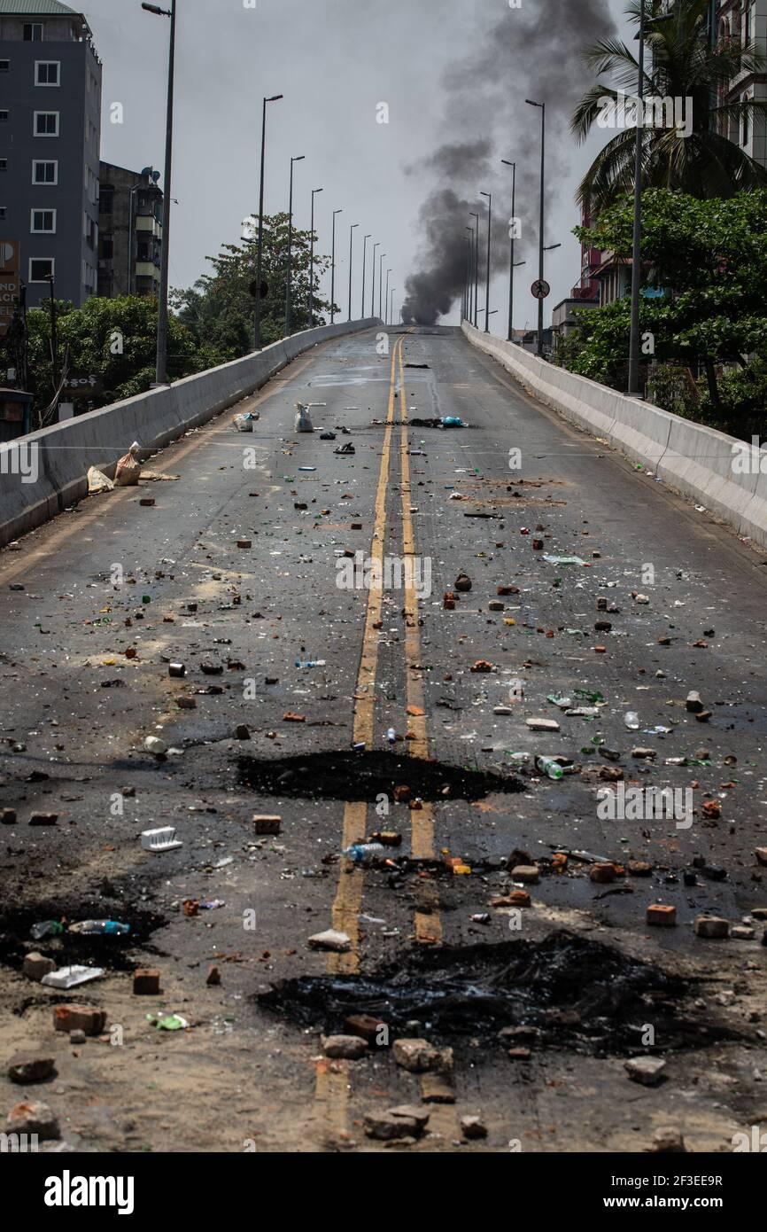 Des débris de pneus en feu ont été vus sur le pont de la station de Thamaing après que l'armée du Myanmar a annoncé une loi martiale pour six cantons de Yangon et a attaqué des résidents et des manifestants avec des balles en caoutchouc, des munitions réelles, des gaz lacrymogènes et des bombes lacrymogènes en réponse aux manifestants anti-coup militaire. Le nombre de morts depuis le coup d'Etat militaire s'élève à 189. (Photo de Theint mon SOE / SOPA Images / Sipa USA) Banque D'Images