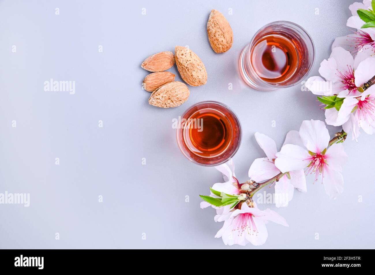liqueur d'amande. La boisson traditionnelle forte en italie pour compléter le dîner est une liqueur à base de noix et de baies. Ratafia, alcool en cours. Vue de dessus sur la table. Copier l'espace Banque D'Images