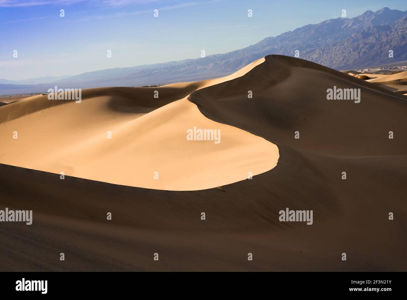 Magnifiques dunes de sable paysage vu au parc national de la Vallée de la mort, Californie au coucher du soleil Banque D'Images