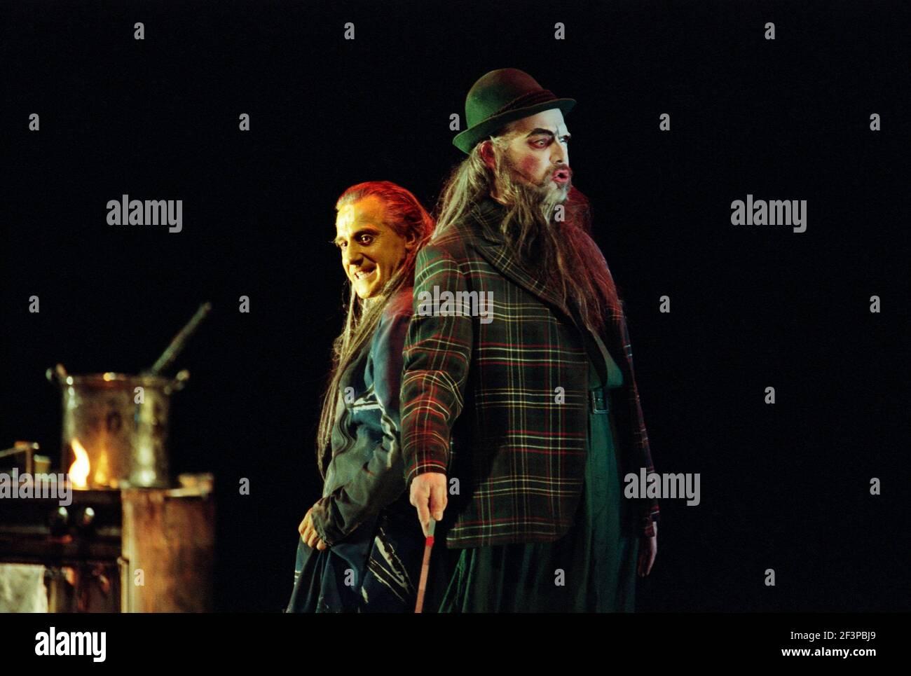 l-r: Graham Clark (MIME), John Tomlinson (Wotan / The Wanderer) à SIEGFRIED par Wagner à l'Opéra Royal, Covent Garden, Londres WC2 27/03/1995 chef d'orchestre: Bernard Haitink design: Nigel Lowery éclairage: Pat Collins mouvement: Matthew Hamilton directeur: Richard Jones Banque D'Images