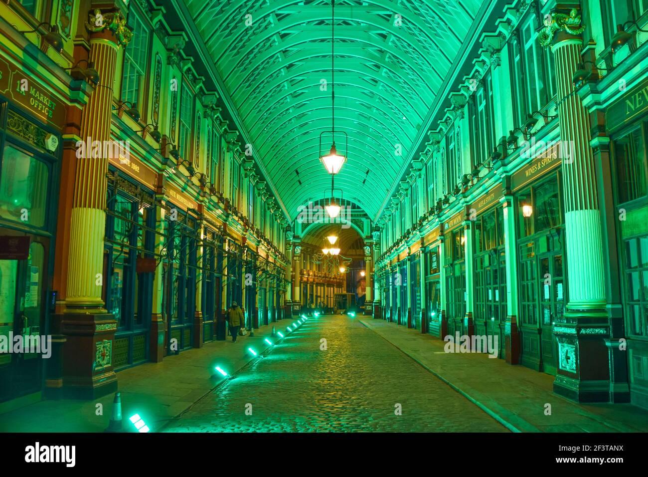 Londres, Royaume-Uni, 17 mars 2021. Le marché Leadenhall de la ville de Londres est illuminé en vert à l'occasion de la fête de la St Patrick. Credit: Vuk Valcic/Alamy Live News Banque D'Images