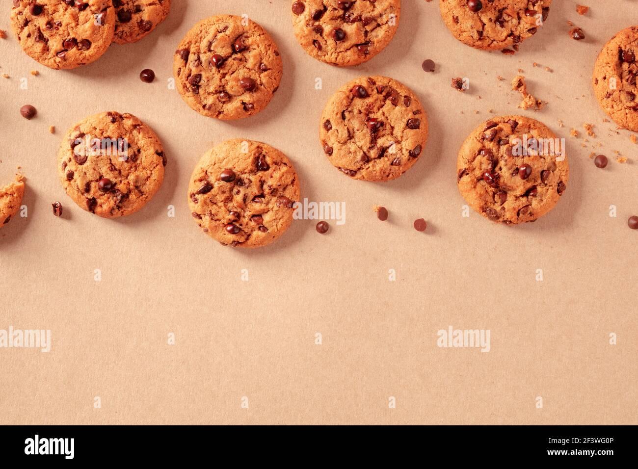 Biscuits aux pépites de chocolat, fraîchement cuits, avec chocolat fondu Banque D'Images