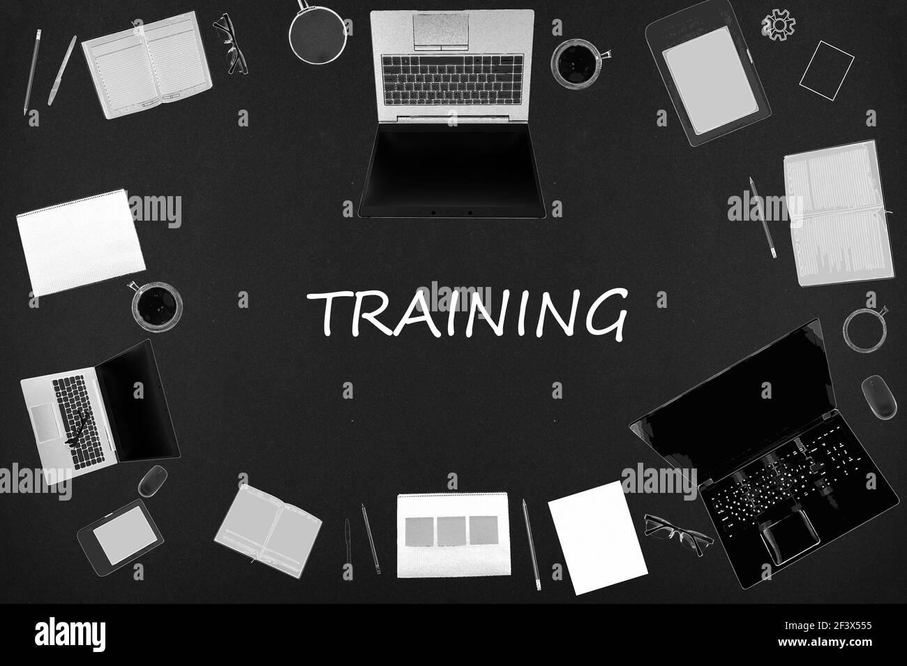 Concept de formation. Mise en page supérieure de dessins d'ordinateurs portables, de blocs-notes, de café, de différentes affaires sur fond noir. Banque D'Images