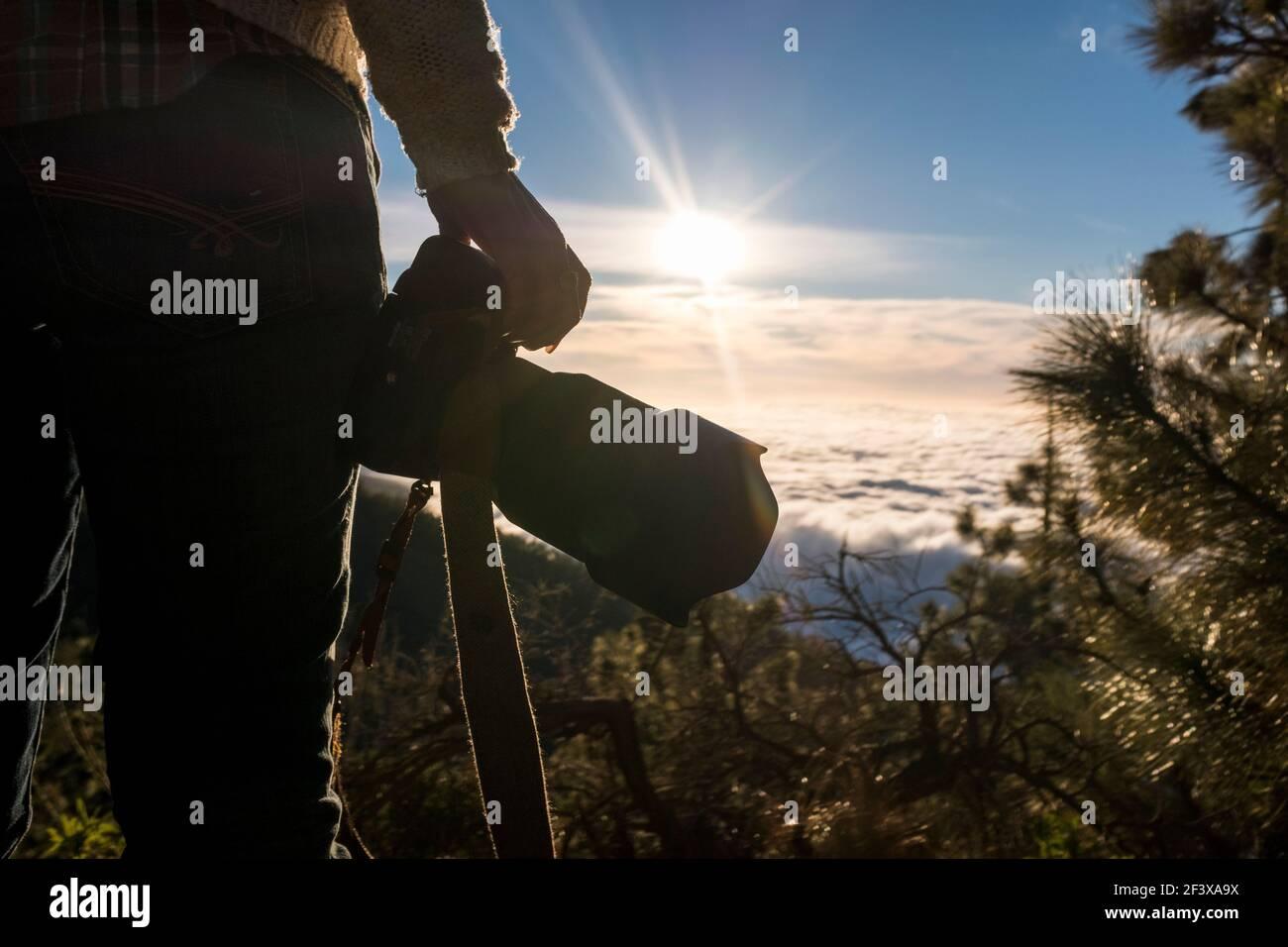 Gros plan d'une femme tenant un grand professionnel reflex numérique caméra en extérieur voyage loisirs activité style de vie - belle vallée vue et concept de mode Banque D'Images