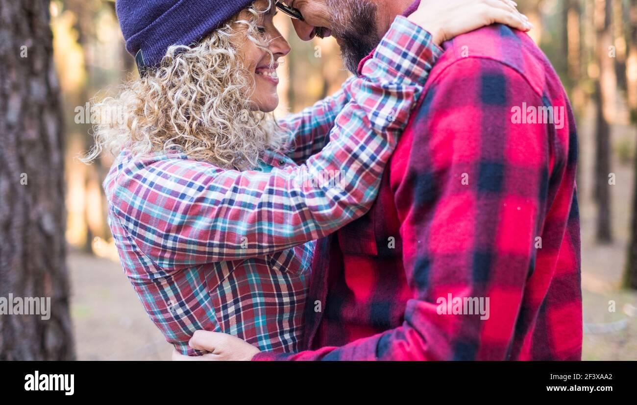 Couple romantique adulte câlin et amour à l'extérieur dans les bois - heureux gens homme et femme ensemble amoureux embrassant - les jeunes hommes et femmes apprécient le temps et l Banque D'Images