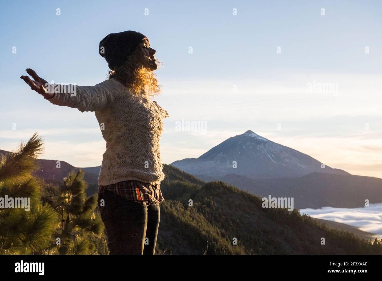 Jeune belle femme appréciant le succès style de vie ouvrant les bras sur le sommet de la montagne avec vue sur la vallée - les gens voyagent et profitez d'activités de loisirs en plein air Banque D'Images