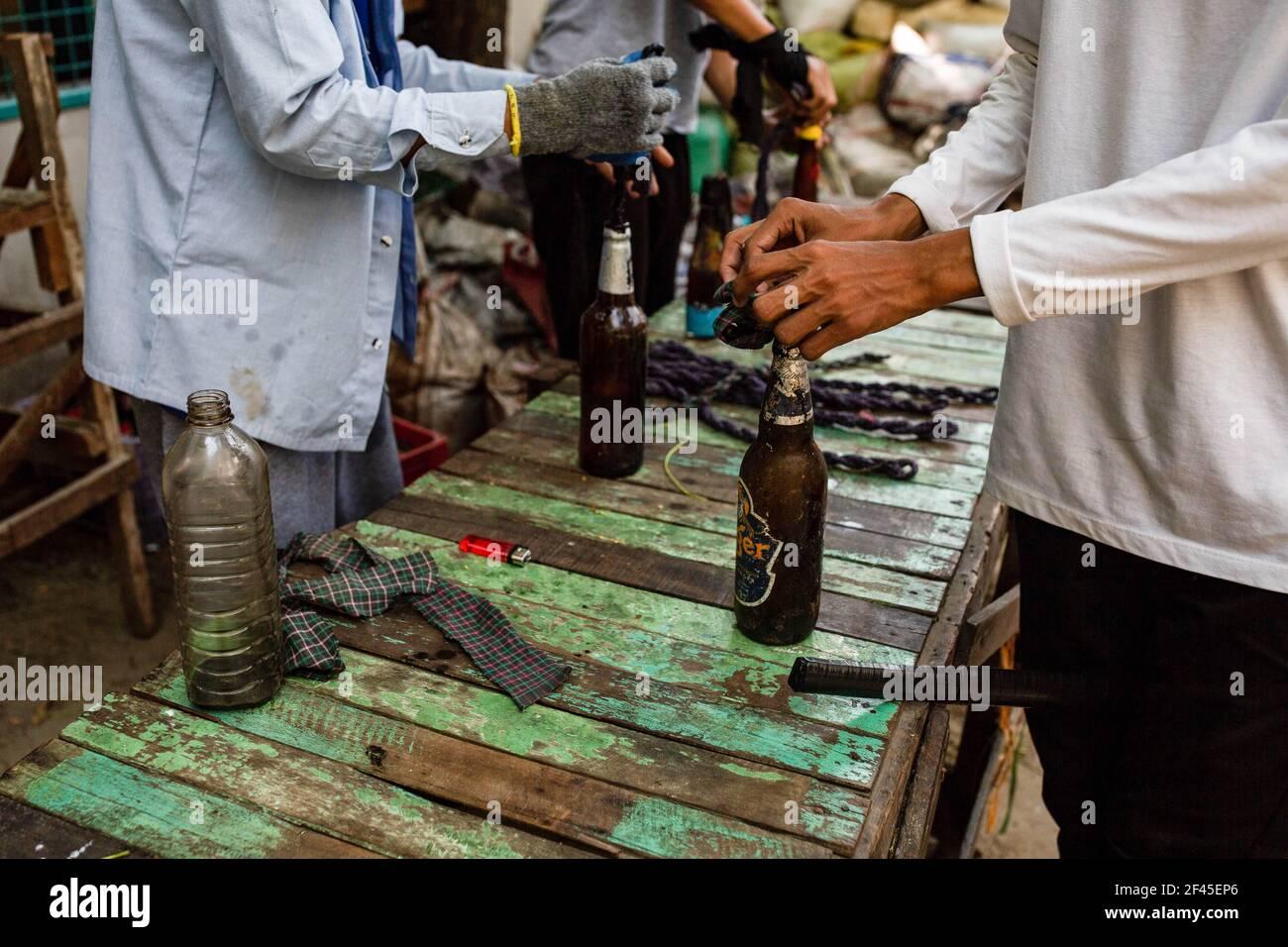 Les manifestants anti-coup d'Etat militaire préparent des cocktails molotov lors d'une manifestation contre le coup d'Etat militaire.la police et les militaires du Myanmar (tatmadow) ont attaqué les manifestants avec des balles en caoutchouc, des munitions réelles, des gaz lacrymogènes et des bombes lacrymogènes en réponse aux manifestants anti-coup d'Etat militaire de vendredi, tuant plusieurs manifestants et en blessant beaucoup d'autres. Au moins 149 personnes ont été tuées au Myanmar depuis le coup d'État du 1er février, a déclaré un responsable des droits de l'homme de l'ONU. L'armée du Myanmar a détenu le conseiller d'État du Myanmar Aung San Suu Kyi le 01 février 2021 et a déclaré l'état d'urgence lors de sa saisie Banque D'Images