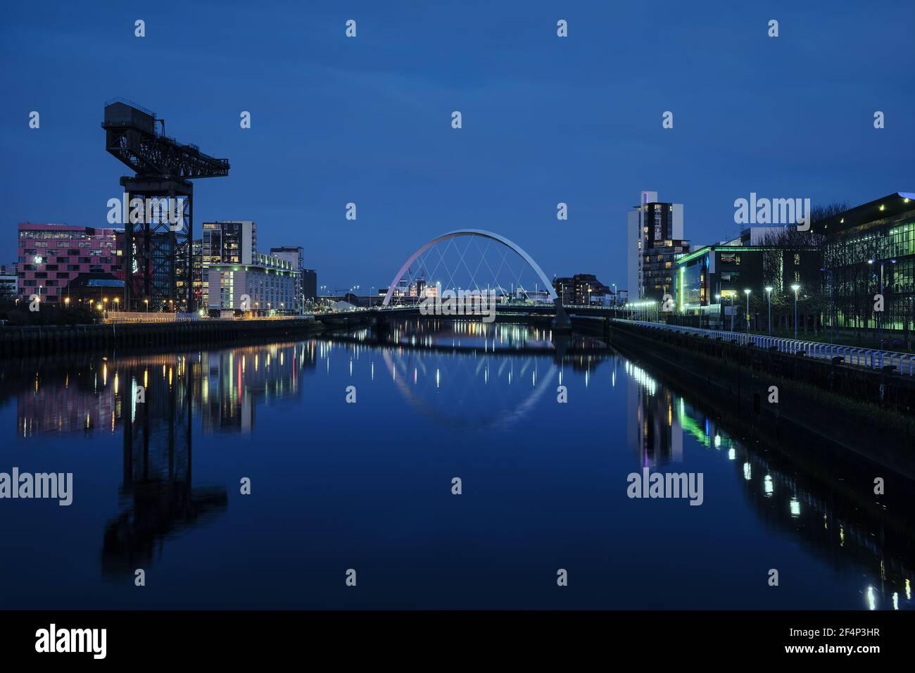 Vue nocturne de la Clyde Arc ou aux Bridge de l'Est et de la rivière Clyde, Glasgow, Ecosse Banque D'Images