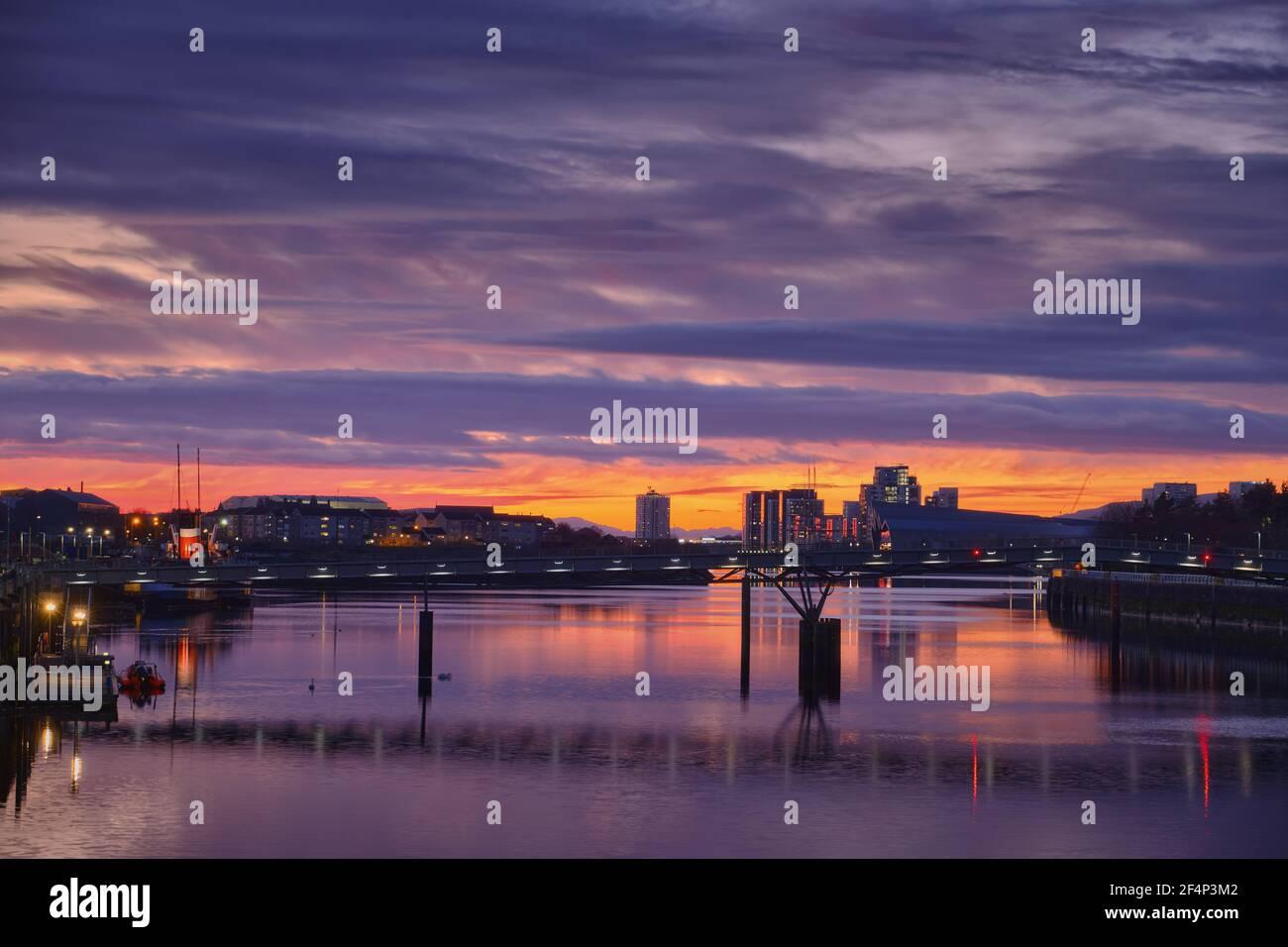 Vue imprenable sur la rivière Clyde et le coucher du soleil, Glasgow, Écosse Banque D'Images