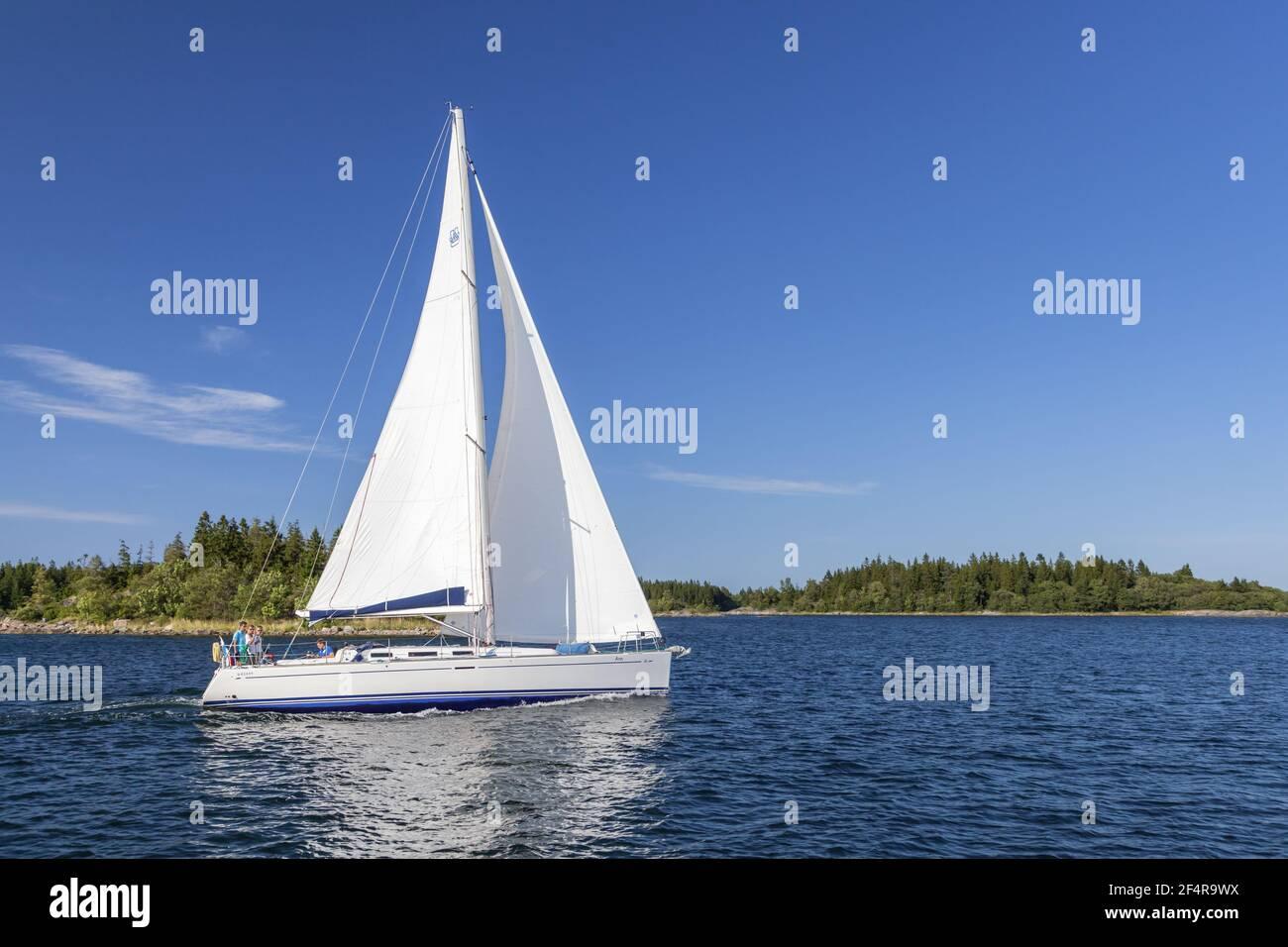 Géographie / Voyage, Suède, Stockholm laen, Stockholm skaergård, yachtsman en face de l'île de Fejan, Additional-Rights-Clearance-Info-not-available Banque D'Images
